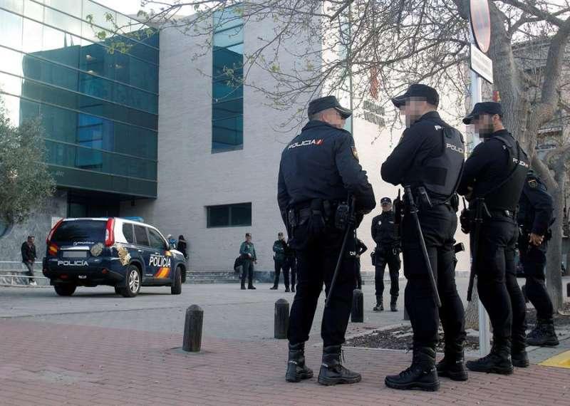Amplio dispositivo policial en los juzgados de Dénia.EFE/MORELL