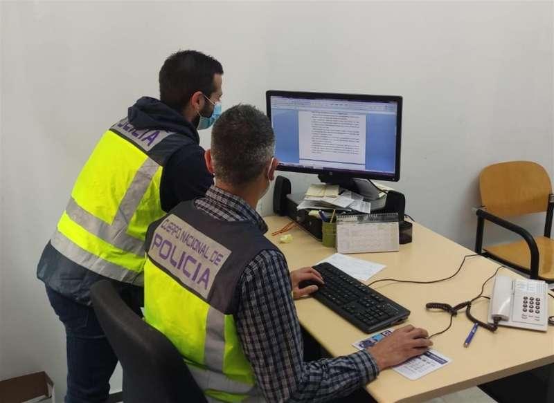 Los agentes, en la investigación, en una imagen compartida por la Policía.