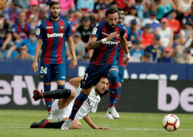El centrocampista del Levante josé Luis Morales (d) con el balón ante el centrocampista del Valencia Daniel Parejo durante el partido de la primera vuelta. EFE/Archivo