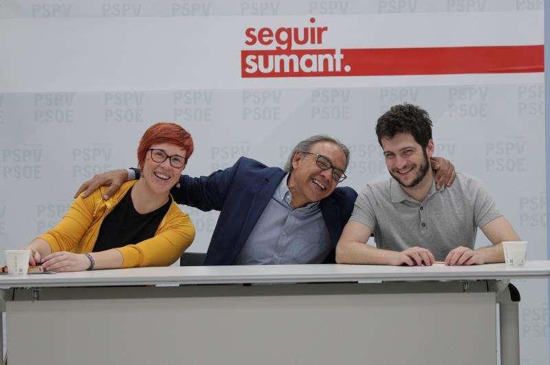 Àgueda Micó (i), Manolo Mata (c), y Antonio Estañ, esta mañana poco antes de la reunión. EFE