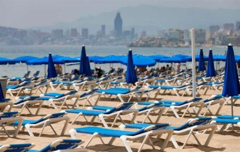 Inusual imagen del 1 de agosto de 2020 de hamacas vacías en la playa de Benidorm (Alicante) debido a la crisis sanitaria provocada por la COVID-19.EFE/ Manuel Lorenzo/Archivo./ EPDA