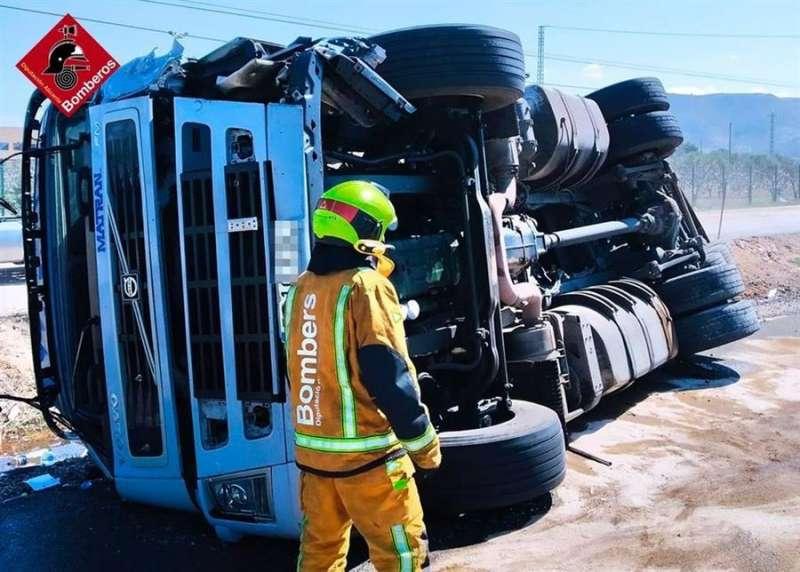 Un bombero inspecciona el camión accidentado, en una imagen facilitada por el Consorcio. EFE
