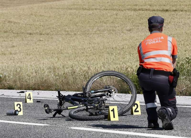 Imagen de archivo de un accidente de tráfico sufrido por un ciclista. EFE/Jesús Diges