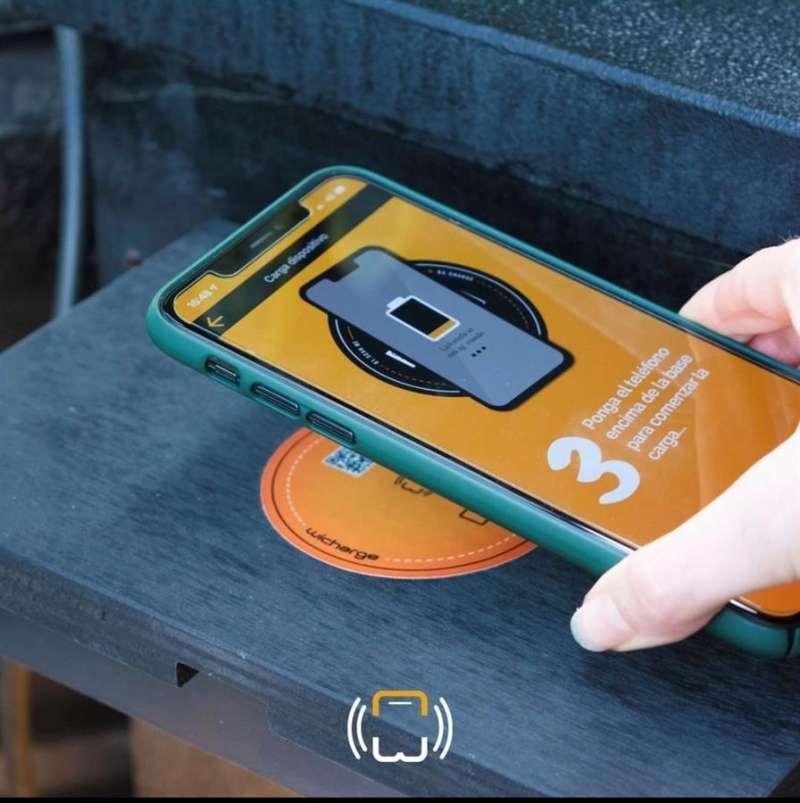 Una persona carga el móvil con esta nueva app, en una imagen facilitada por la empresa. EFE
