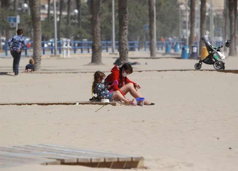Unas personas en la playa de Alicante. EFE/ Morell/Archivo