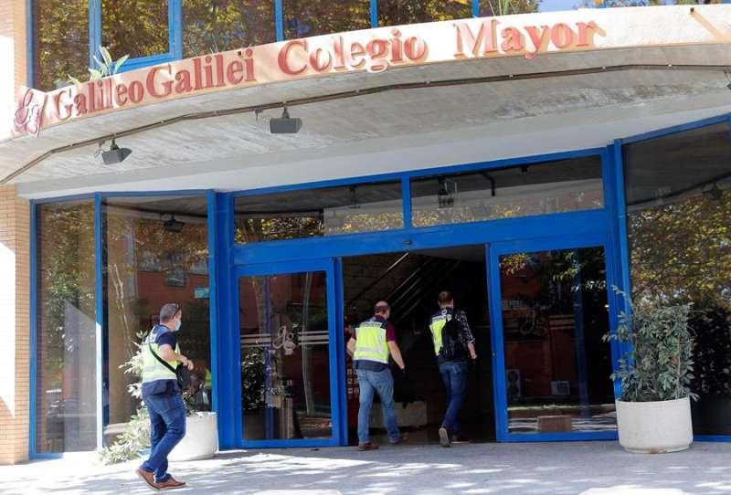 Miembros de la Policía Autonómica acceden al Colegio Mayor Galileo Galilei, en Valencia. EFE