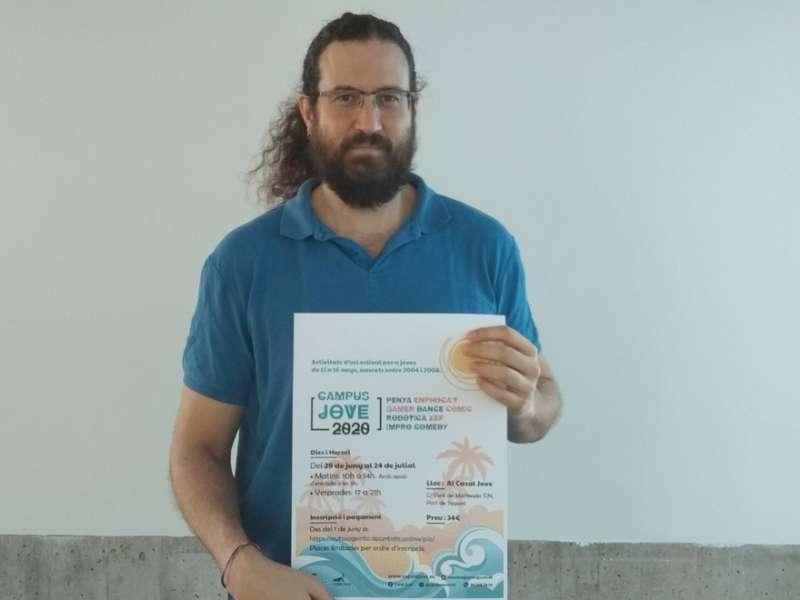 Guillermo Sampedro con el cartel del Campus Jove 2020.