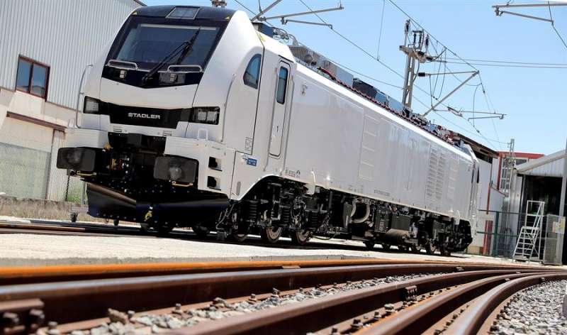 Imagen de la locomotora Eurodual, fabricada por Stadler Valencia. EFE/Archivo/Manuel Bruque