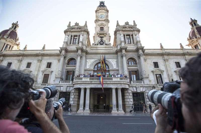 Imagen de archivo de una celebración del Día del Orgullo en el Ayuntamiento de València. EFE/Manuel Bruque/València
