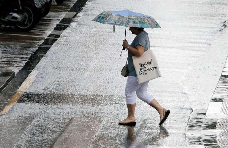 Una mujer con un paraguas. EFE