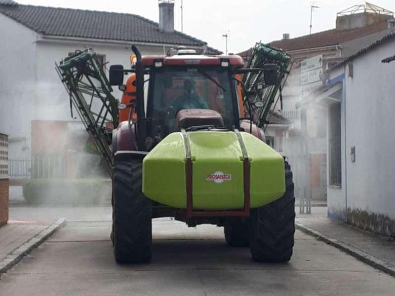 Tractor realizando tareas de desinfección