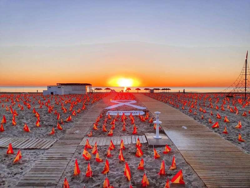 Imagen compartida en las redes sociales de ANVAC de las banderas en la playa de la Patacona.