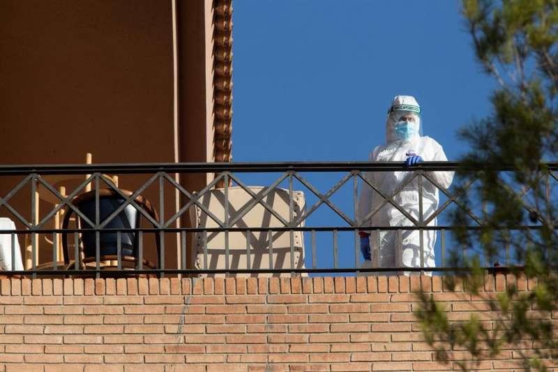 Una trabajadora de residencia de mayores realiza labores de desinfección. EFE