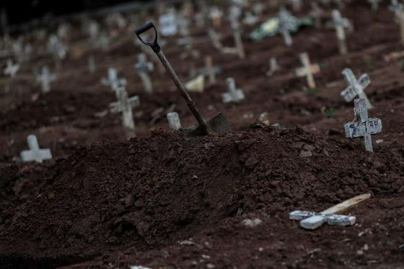 Fotografía de tumbas en el cementerio de Caju este martes, en Río de Janeiro (Brasil). EFE/Antonio Lacerda