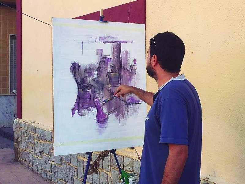 Un participant del concurs de pintura. EPDA