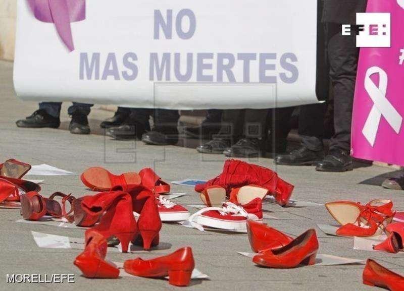 Minuto de silencio en la Subdelegación del Gobierno de Alicante en repulsa por el asesinato machista en Rojales. EFE/Archivo