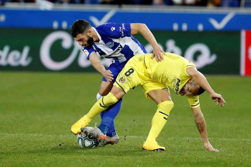 El centrocampista Santi Cazorla (d) del Villarreal, disputa el balón con el defensor Rubén Duarte del Deportivo Alavés, durante el partido de la vigésimo primera jornada de LaLiga Santander que se disputó en el estadio de Mendizorrotza. EFE/Adrián Ruiz Hierro