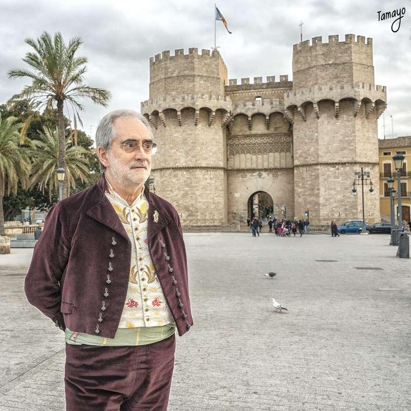 Vicente Fuster, ante las torres, durante la entrevista. Vicente Rupérez