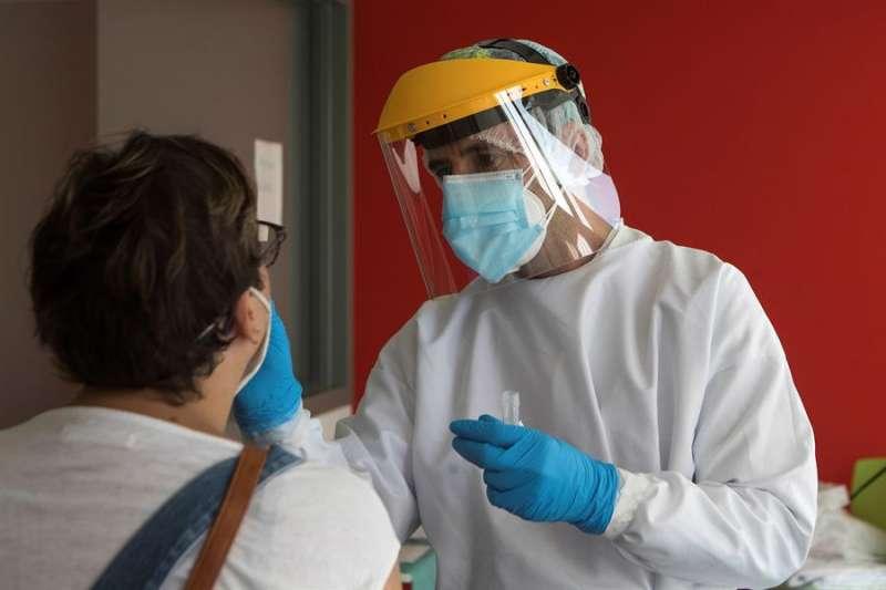 Un enfermero de urgencias del 061 realiza test PCR. EFE/Toni Galán/Archivo