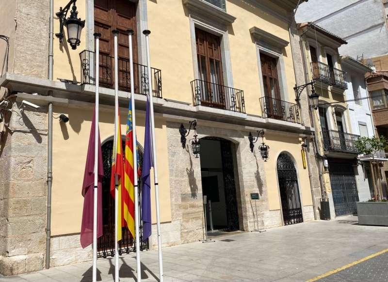 Ajuntament Cullera amb banderes amb mitja asta./EPDA