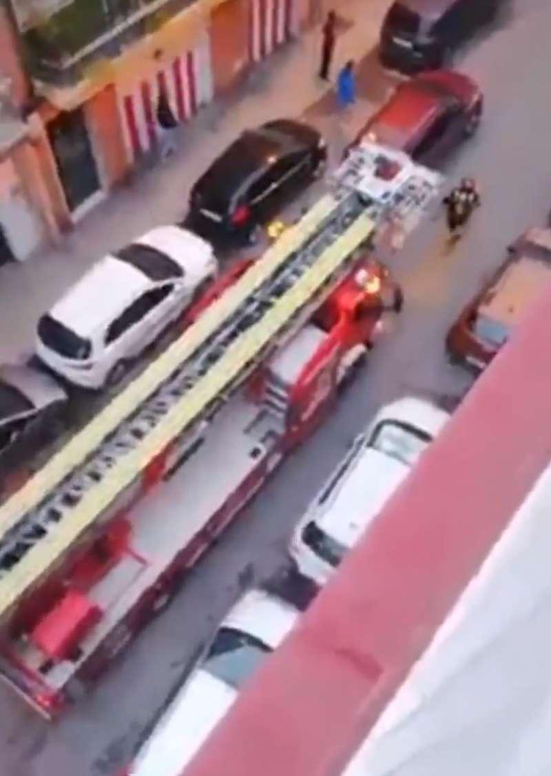 El camión de bomberos intentando pasar/ @PLNucia