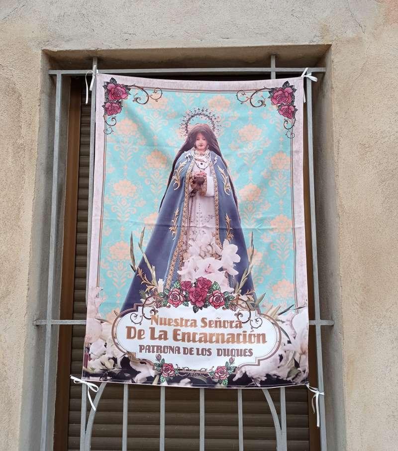 Imagen adornando un balcón