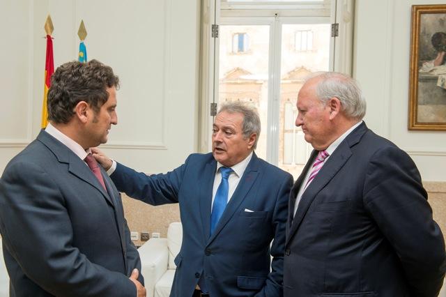 El presidente Rus y el diputado Tarazona reunidos con el alcalde de Pedralba.FOTO: DIVAL