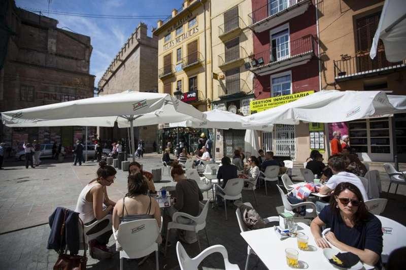 Varias personas en una terraza en la plaza del doctor Collado junto a La Lonja de Valencia. EFE