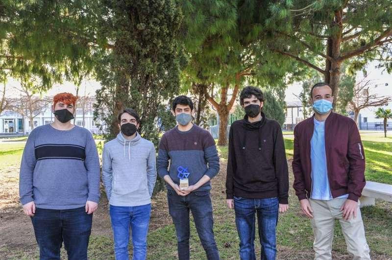Los graduados de la UPV que han ganado el Premio Especial Compromiso PlayStation, en una imagen facilitada por la UPV.