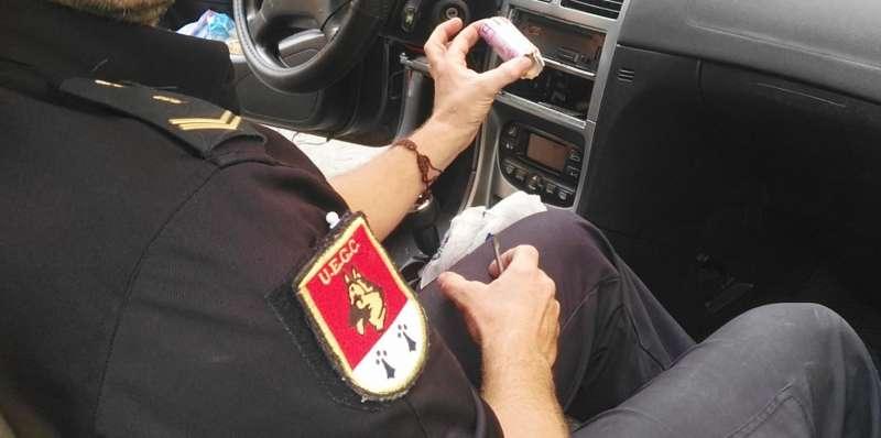 Un policía nacional en el interior de uno de los vehículos.