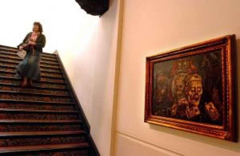 Una mujer desciende una escalera del Museo Nacional de Cerámica González Martí de Valencia. EFE