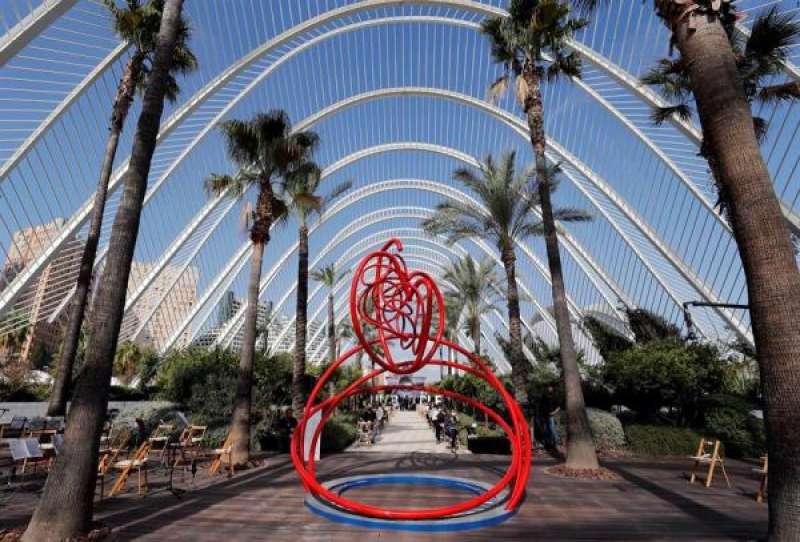 Vista general de la escultura conmemorativa en memoria de los fallecidos en València. EFE/Juan Carlos Cárdenas/Archivo./ EPDA