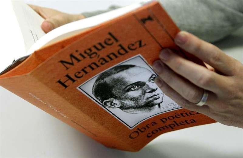 Edición de la obra poética completa del escritor alicantino Miguel Hernández. EFE/Chema Moya/Archivo