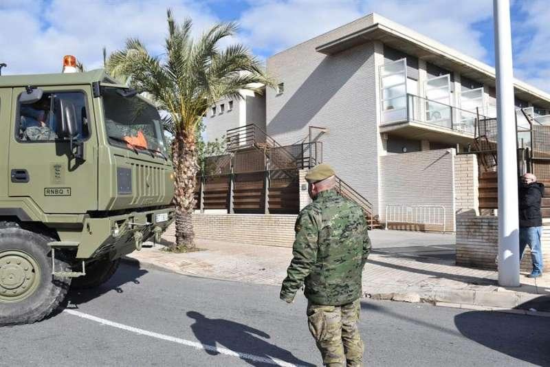 Una unidad de descontaminación ligera del regimiento Nuclear, Biológico y Químico (NBQ) desinfecta la residencia de mayores de Altabix. EFE
