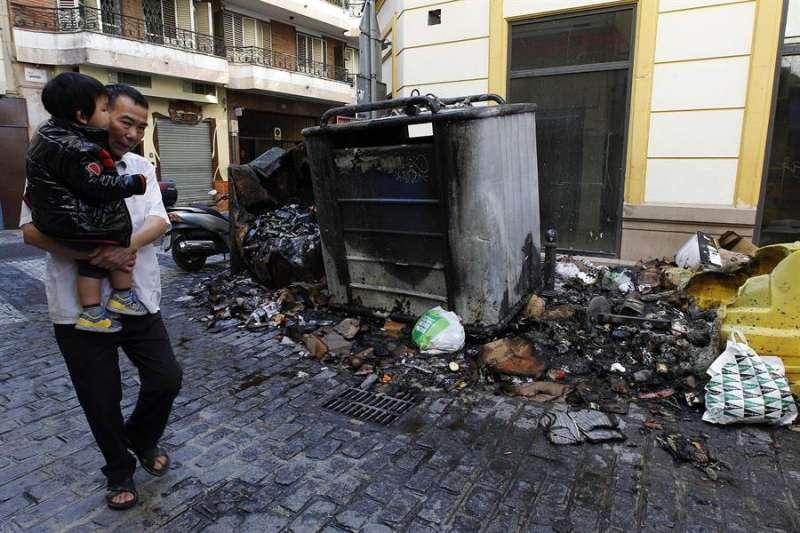 Imagen de archivo de un contenedor quemado. EFE