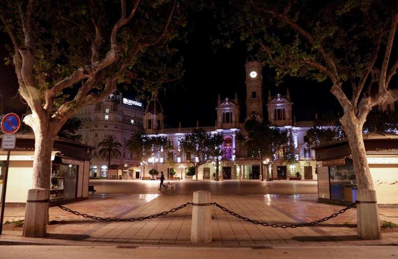 Imagen nocturna de la Plaza del Ayuntamiento de València.