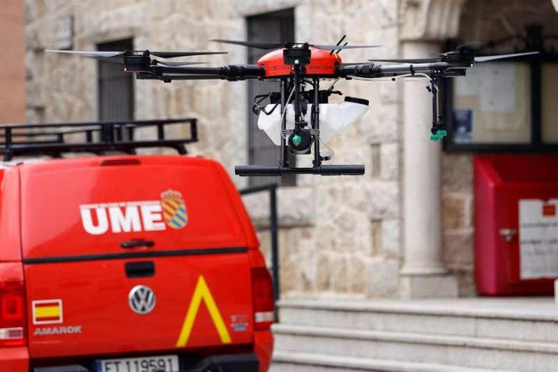 Un dron de los efectivos de la UME transporta una mascarilla. EFE/Chema Moya/Archivo