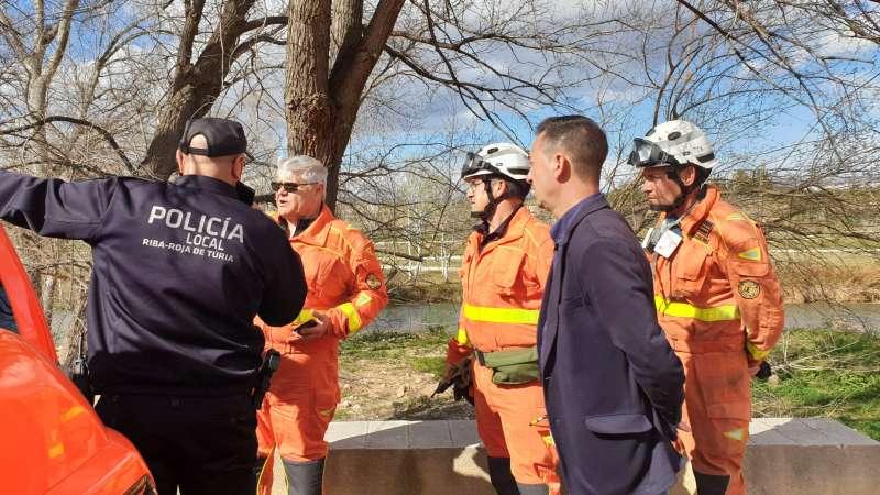 El alcalde con efectivos policiales y bomberos el día que se desató el incendio. / EPDA