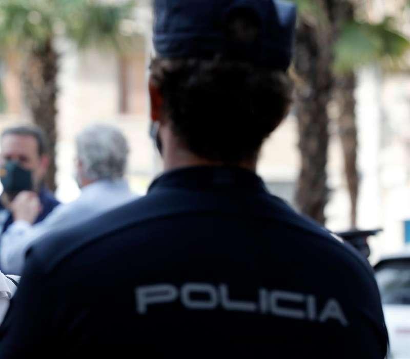 Un agente de la Policía Nacional. EFE/ Juan Carlos Cárdenas