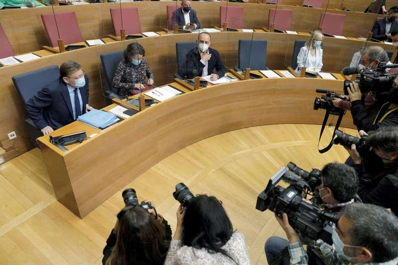 El president de la Generalitat, Ximo Puig, junto a parte de su gobierno al inicio de una sesión de control en el hemiciclo valenciano