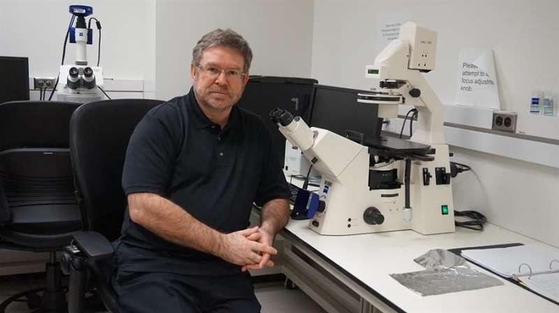 En la imagen, el investigador español Juan Fueyo. Imagen cedida por Ediciones B. EFE
