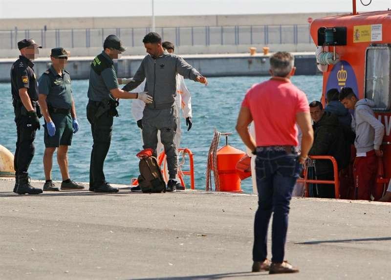 Varios inmigrantes a su llegada al puerto de Alicante tras ser rescatados por Salvamento Marítimo. EFE/MORELL/Archivo