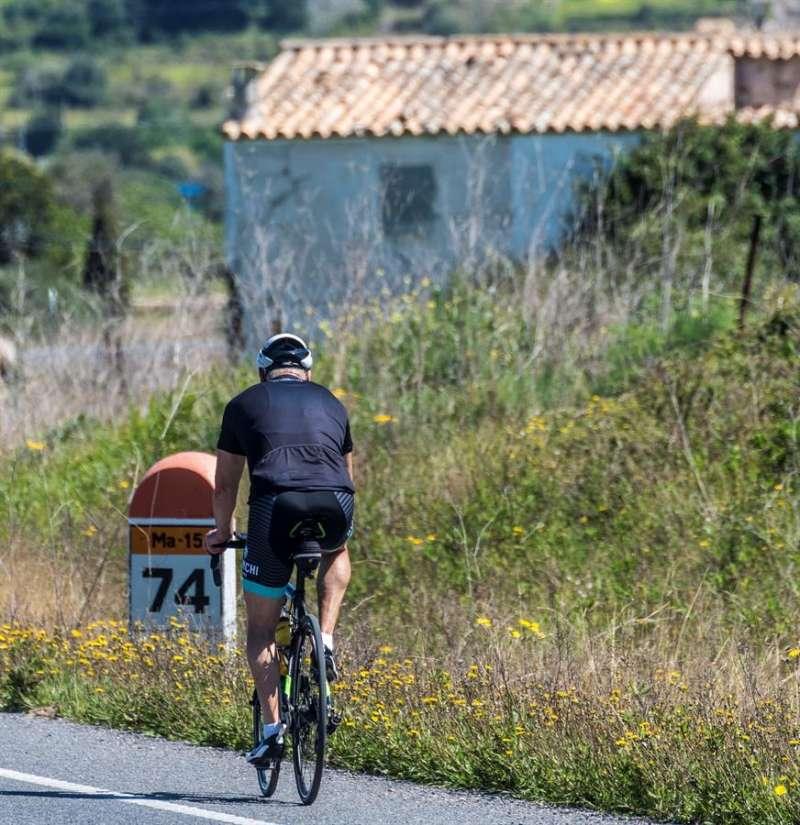 Un ciclista circula por una carretera en una imagen de archivo. EFE/Archivo