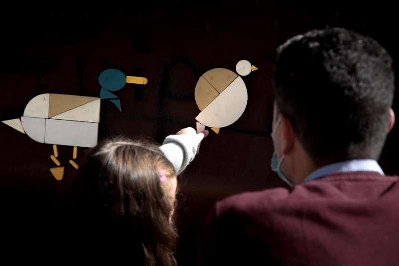 Un niño participa ebnun taller didáctico del IVAM. EFE