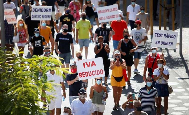 Representantes, dueños y trabajadores de los sectores de hostelería, comercio y ocio de Benidorm se manifiestan en contra de las medidas adoptadas sobre el cierre del ocio nocturno. EFE