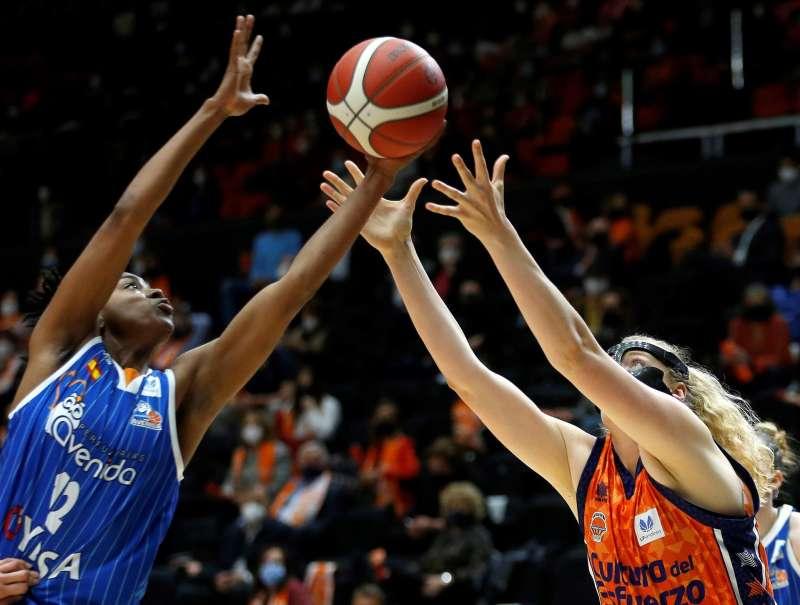 La jugadora del Valencia Basket Tiffany Hayes (d) y Laura Juskaite, del Perfumerías Avenida. EFE/Miguel Ángel Polo