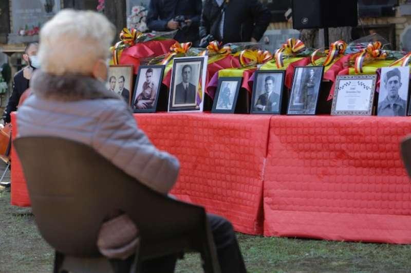 La familiar de una de las personas exhumadas de la fosa común, durante el acto de esta mañana. / EPDA