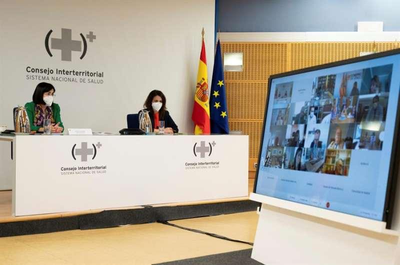 La ministra de Sanidad, Carolina Darías (i) preside la celebración del Consejo Interterritorial del Sistema Nacional de Salud, este lunes en Madrid. EFE/Borja Puig de la Bellacasa
