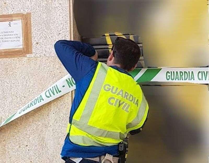 Agente sellando un local en Torrevieja, en una imagen de la Guardia Civil.