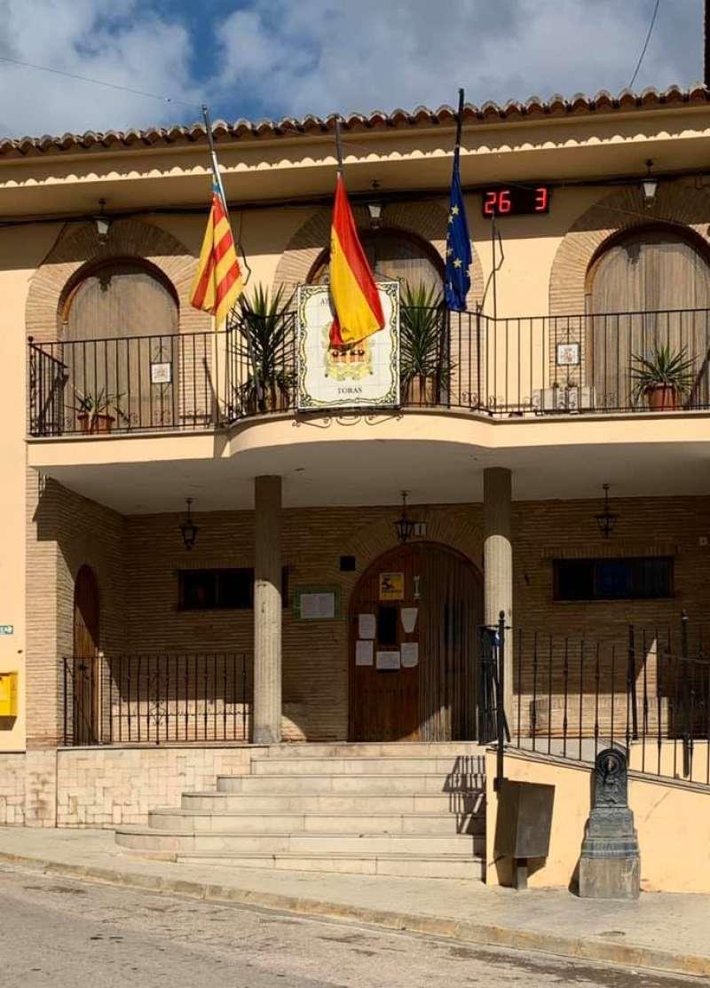Banderas a media asta en Torás